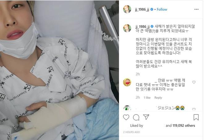 """Jaejoong (JYJ) gây bão MXH khi bất ngờ đăng tải một bức ảnh chụp tại bệnh viện kèm chú thích: """"Mới mấy ngày đầu năm mới thôi mà tôi đã khiến bản thân mình bị thương rồi. Nhưng đừng lo lắng! Tôi sẽ sớm bình phục và buổi concert vào cuối tháng này vẫn sẽ diễn ra như dự định. Tôi sẽ khỏe mạnh trở lại. Mọi người à, giữ sức khoẻ và chúc mừng năm mới nhé!""""."""