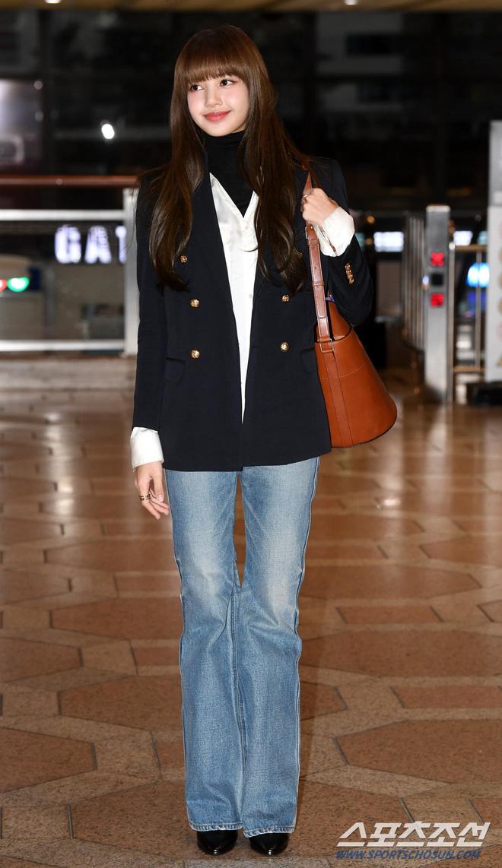 Lisa diện vest, quần bò và tóc dài thướt tha như nữ doanh nhân. Đặc biệt đôi chân dài siêu thực nổi tiếng của cô em gái quốc tế được tôn lên triệt để