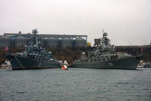 Tuần dương hạm Đô đốc Ustinov mang số thân 055 vừa hội ngộ với người anh em cùng lớp của mình là tuần dương hạm lớp Moscow số thân 121 tại cảng Sevastopol vào những ngày cuối cùng của năm mới vừa rồi. Nguồn ảnh: Rumil.