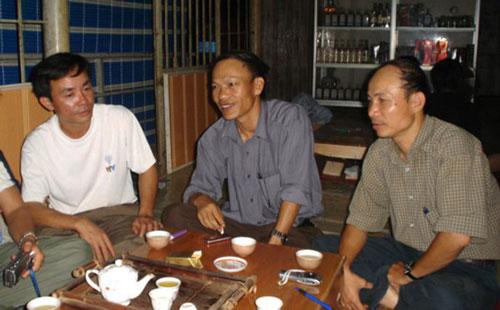 Kỹ sư Huỳnh Phong (phải) và Nguyễn Văn Nhân (giữa), những người mất 20 năm để tìm ra nơi đặt thủy điện Sơn La an toàn tuyệt đối.