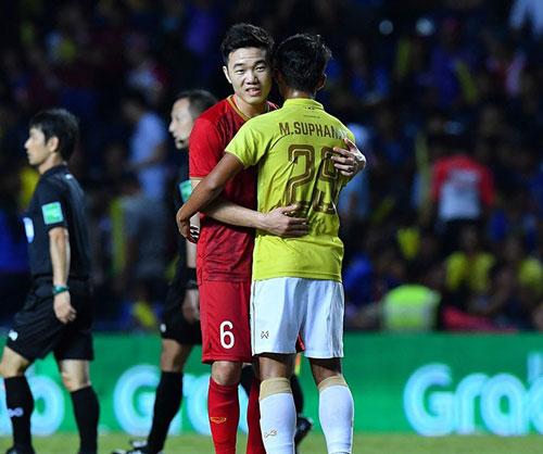 Suphanat ôm lấy Lương Xuân Trường - người đã kiến tạo giúp anh có bàn thắng kỷ lục ở AFC Champions League