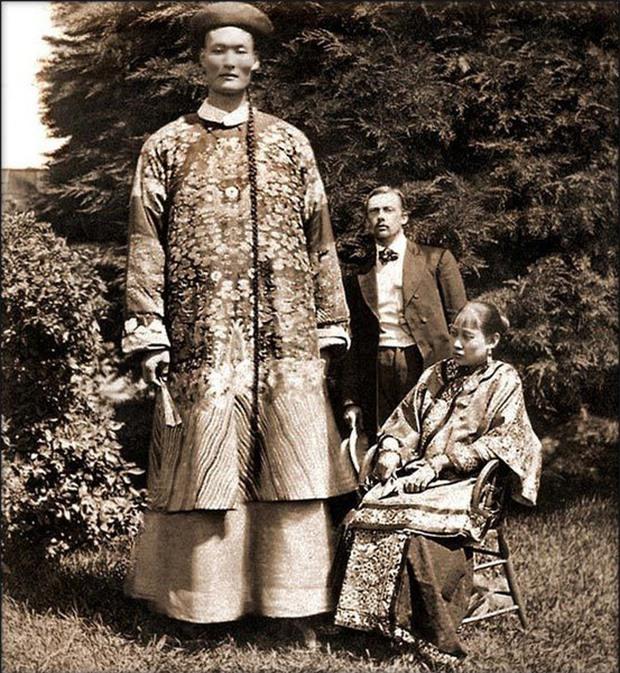 Người khổng lồ của triều Thanh , và cuộc sống đáng ngưỡng mộ: Đi du lịch khắp thế giới, sinh con , và định cư ở nước ngoài - Ảnh 1.