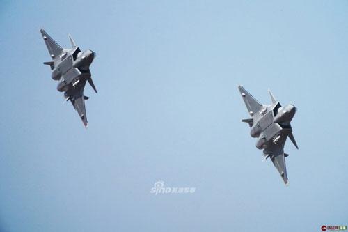 Đầu tiên và là loại vũ khí được đánh số 20 nổi tiếng nhất của Trung Quốc chính là chiến đấu cơ J-20. Nguồn ảnh: Sina.