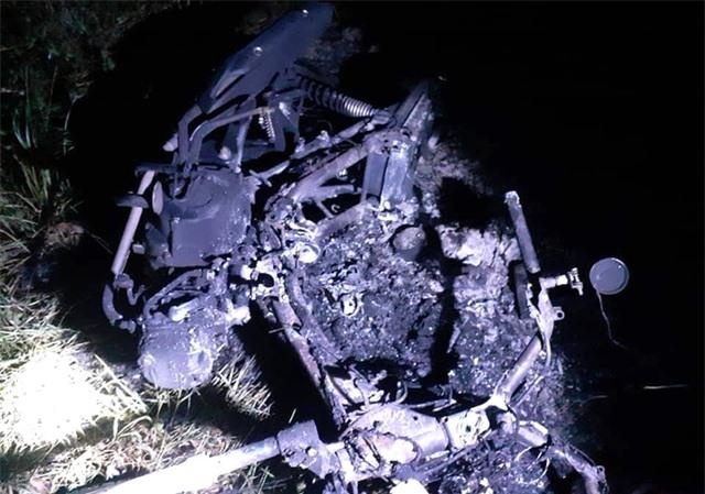"""Một """"hiệp sĩ"""" bị truy sát, đốt xe sau lời cầu cứu của cô gái - 1"""