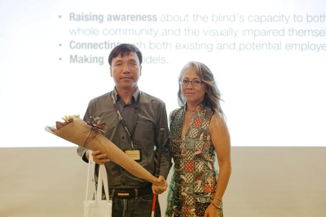 ông Đặng Hoài Phúc, Giám đốc Trung tâm Hướng nghiệp và Công nghệ trợ giúp cho người mù Sao Mai (bên trái), ông đã chia sẻ về chương trình hỗ trợ giáo dục ở Việt Nam, bàn về những thách thức và khó khăn ngăn cản sinh viên khiếm thị tiếp cận bình đẳng và hiệu quả giáo dục bậc đại học.