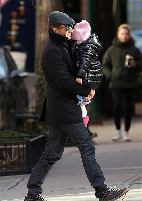 Những ngày trước đó, Lea đến ở nhà bố. Nam diễn viên Bradley Cooper được trông thấy bế con đi chơi hôm 6/1.