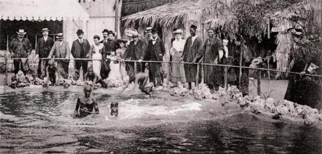 """""""Sở thú con người"""": Địa ngục trần gian của thổ dân nguyên thủy hay là nơi giáo dục quần chúng của những người da trắng văn minh bậc số 1 - Ảnh 1."""