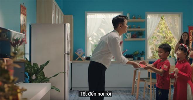 Xem MV mới của Hoàng Thuỳ Linh x JustaTee x Đen Vâu mà tràn đầy hốt hoảng: Tết về, đầu tiên là tiền đâu? - Ảnh 4.