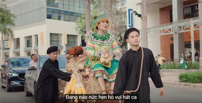 Xem MV mới của Hoàng Thuỳ Linh x JustaTee x Đen Vâu mà tràn đầy hốt hoảng: Tết về, đầu tiên là tiền đâu? - Ảnh 5.