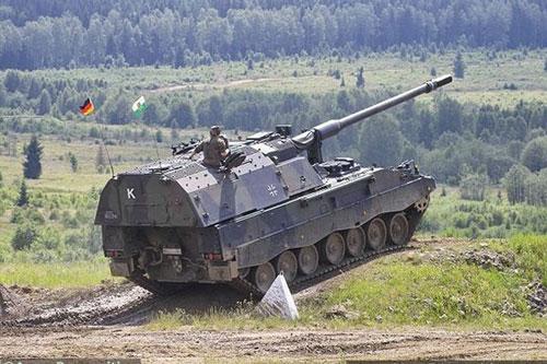 Pháo tự hành PzH-2000 được Tập đoàn Krauss-Maffei Wegmann (KMW) cùng với nhà thầu phụ là Rheinmetall Landsystemsản xuất từ năm 1996 và được chính thức trang bị cho quân đội Đức từ năm 1998.