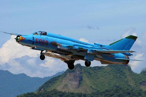 Hiện tại không quân Việt Nam đang có 36 chiếc tiêm kích - bom Su-22 cánh cụp cánh xoè. Về cơ bản, đây là loại chiến đấu cơ đã cũ, ra đời sau MiG-21 chỉ vài năm nên tới nay năng lực chiến đấu là khá thấp. Nguồn ảnh: Airliners.