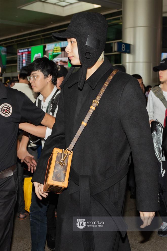 Nữ hoàng sexy HyunA gây sốt với làn da đời thực đẹp khó tin, xinh miễn chê bên Monsta X tại sân bay Tân Sơn Nhất - Ảnh 11.