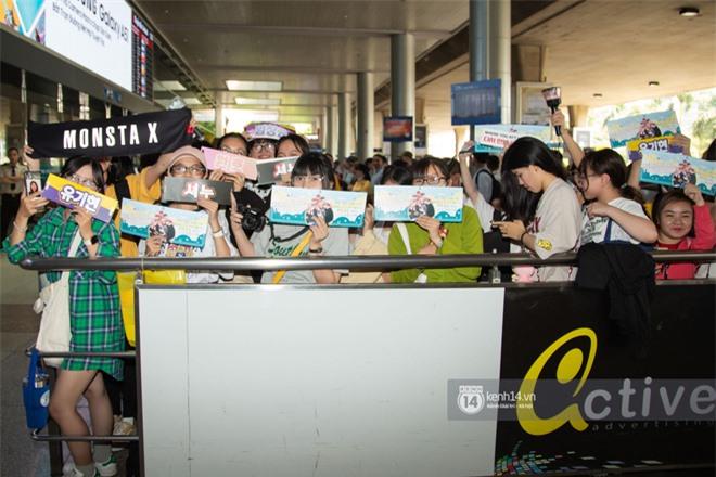 Nữ hoàng sexy HyunA gây sốt với làn da đời thực đẹp khó tin, xinh miễn chê bên Monsta X tại sân bay Tân Sơn Nhất - Ảnh 14.
