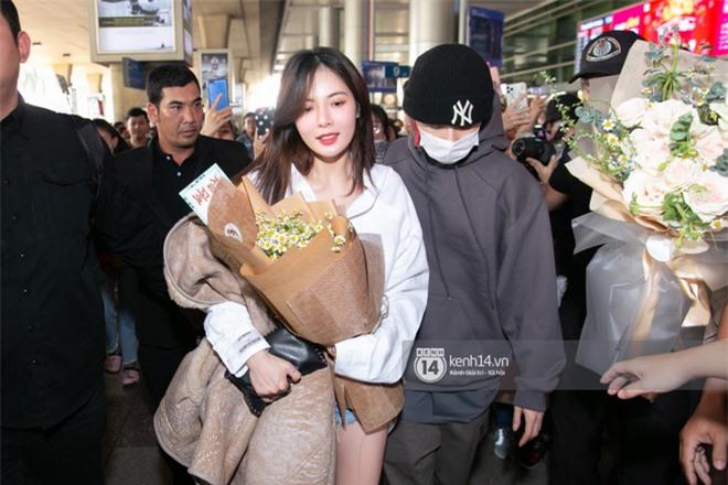 Nữ hoàng sexy HyunA gây sốt với làn da đời thực đẹp khó tin, xinh miễn chê bên Monsta X tại sân bay Tân Sơn Nhất - Ảnh 4.