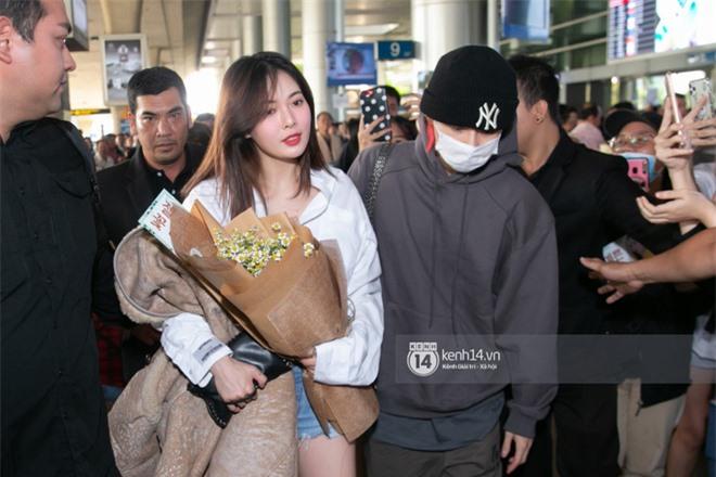 Nữ hoàng sexy HyunA gây sốt với làn da đời thực đẹp khó tin, xinh miễn chê bên Monsta X tại sân bay Tân Sơn Nhất - Ảnh 5.