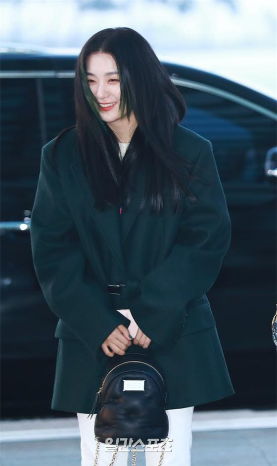 """HyunA diện đồ đơn giản lên đường sang Việt Nam, Red Velvet xinh hết cỡ nhưng Joy như lùn đi cả tất vì bị stylist """"hại"""" - Ảnh 10."""
