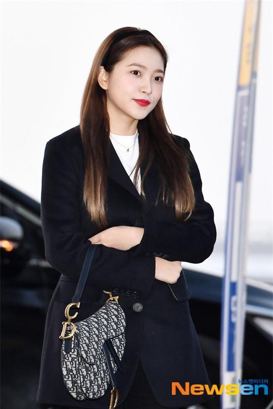 """HyunA diện đồ đơn giản lên đường sang Việt Nam, Red Velvet xinh hết cỡ nhưng Joy như lùn đi cả tất vì bị stylist """"hại"""" - Ảnh 7."""