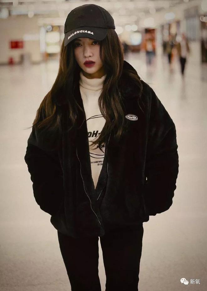 Hình ảnh mới của Cúc Tịnh Y tại sân bay đã khiến cho cộng đồng mạng bàn tán xôn xao.