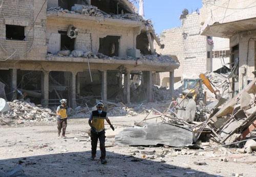Nhân viên cứu hộ tại địa điểm được cho do Nga không kích ở quận Maarat al-Numan, Idlib. (Ảnh: Getty)