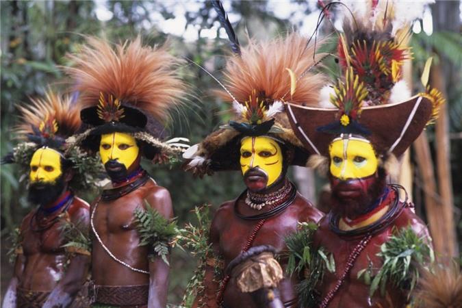 Bộ tộc Huli Wigmen, Papua New Guinea: Chiếc mũ kì lạ của bộ tộc này được làm từ tóc của chính họ. Bộ tộc có 40.000 người sống cô lập, những người đàn ông thường nhặt bờm tóc giả để đội hoặc đem đi bán cho người khác. Họ sơn vàng mặt, cầm một chiếc rìu, đeo tạp dề lá cây và đội bím tóc lủng lẳng để đe dọa bộ tộckhác.Theo truyền thống, họ thường nhảy bắt chước những con chim thiên đường trên đảo.