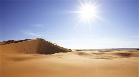 Sahara là sa mạc nóng nhất thế giới. Nhiệt độ cao kỷ lục của Sahara được ghi nhận ở Azizia, Libya năm 1922, lên tới 57,7 độ C.