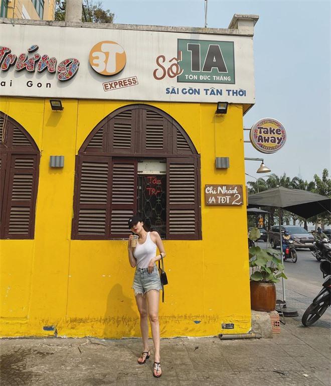 Nữ hoàng sexy Hyuna khoe ảnh đi uống cafe ở Sài Gòn, dân tình chỉ dán mắt vào body của nữ idol - Ảnh 1.