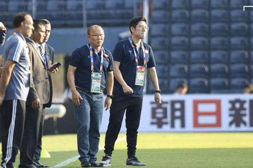 U23 Việt Nam nhận 2 thẻ vàng của Tấn Sinh và Đức Chiến.