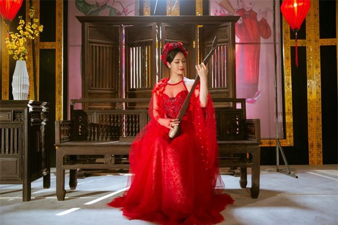 Thị Bình Nhật Kim Anh của Tiếng Sét Trong Mưa mang tích 12 Bà Mụ và truyền thuyết Thạch Sùng vào MV mới, khoe vẻ đẹp mặn mà không tuổi - Ảnh 4.