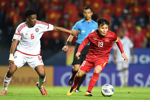 Ở những phút cuối trận, hàng thủ UAE liên tục gặp nguy hiểm trước những pha đi bóng đột phá của Quang Hải
