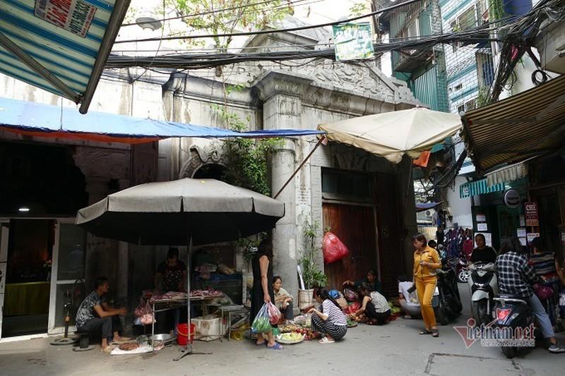 Một góc quần thể lăng mộ bị biến thành chợ cóc.