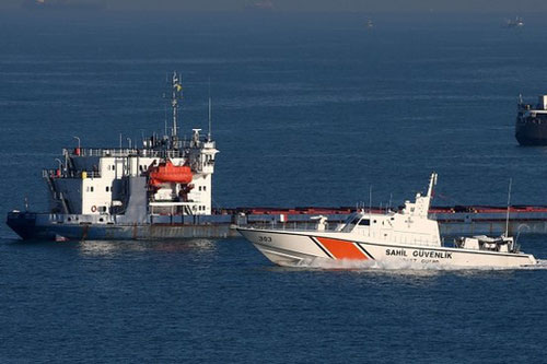 Thuyền bảo vệ bờ biển tìm kiếm 3 thuyền viên mất tích của tàu đánh cá bị chìm, ngày 10/1/2020. (Ảnh: dailysabah.com)