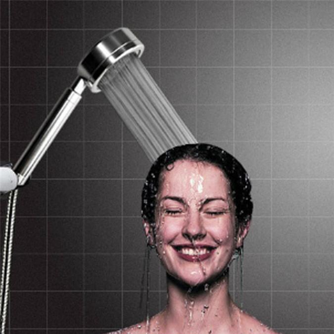 Thói quen dùng vòi hoa sen để rửa mặt sẽ gây tổn thương đến làn da mỏng manh của phụ nữ