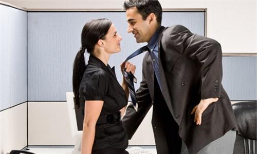 Hãy cố gắng hiểu rõ về người đồng nghiệp khiến chồng mình say nắng