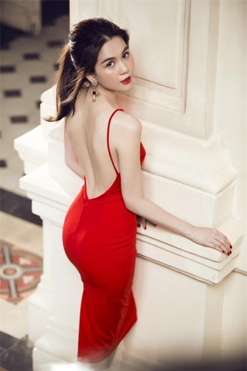Váy kín trước hở sau, khoe rãnh lưng cong của Nhã Phương, Ngọc Trinh...