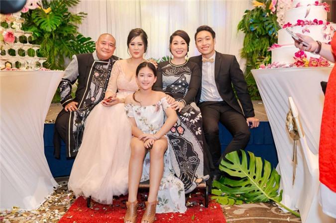 Gia đình hiện tại của Hồng Vân trong đám cưới người con gái cả của nữ diễn viên.