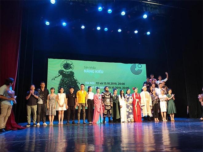 NSND Hồng Vân và các nghệ sĩ tham gia dự án Nàng Kiều của Nhà hát Tuổi Trẻ.