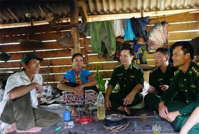 Cán bộ, chiến sỹ Đồn biên phòng Thông Thụ xuống địa bàn, vận động người dân tham gia thực hiện các mô hình kinh tế thoát nghèo