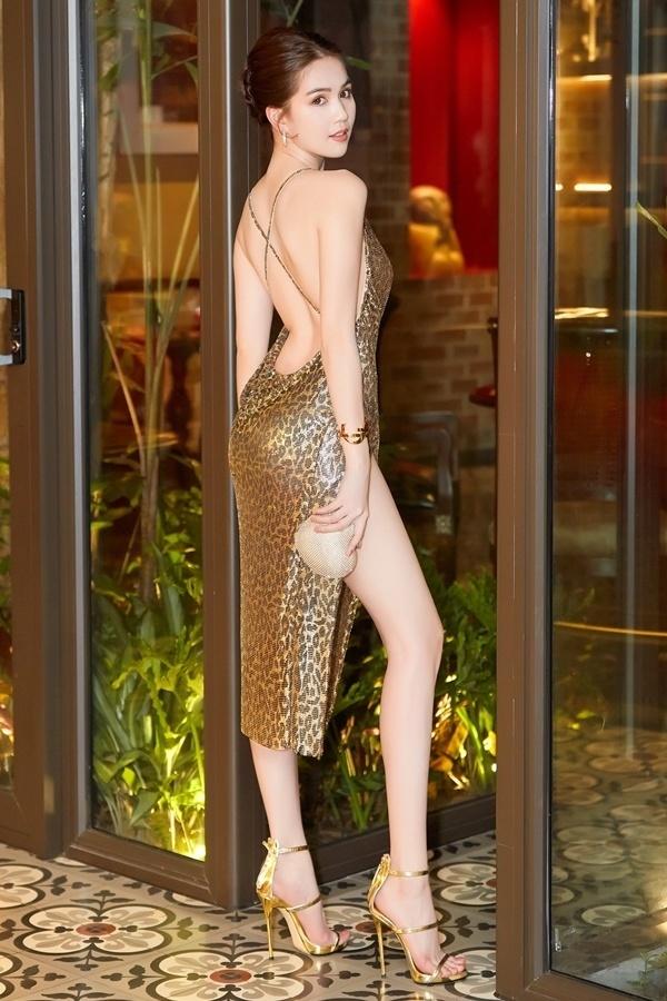 Váy hở lưng gây chú ý của Ngọc Trinh mang họa tiết da báo.