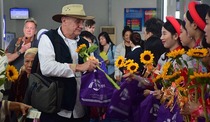 Tổ chức đón chào và tặng quà cho những vị khách đầu tiên xông đất tỉnh nhà trong năm 2020