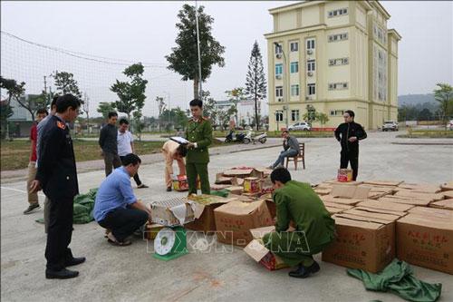 Pháo nổ vận chuyển trái phép bị cơ quan chức năng tỉnh Yên Bái bắt giữ. (Ảnh: TTXVN)