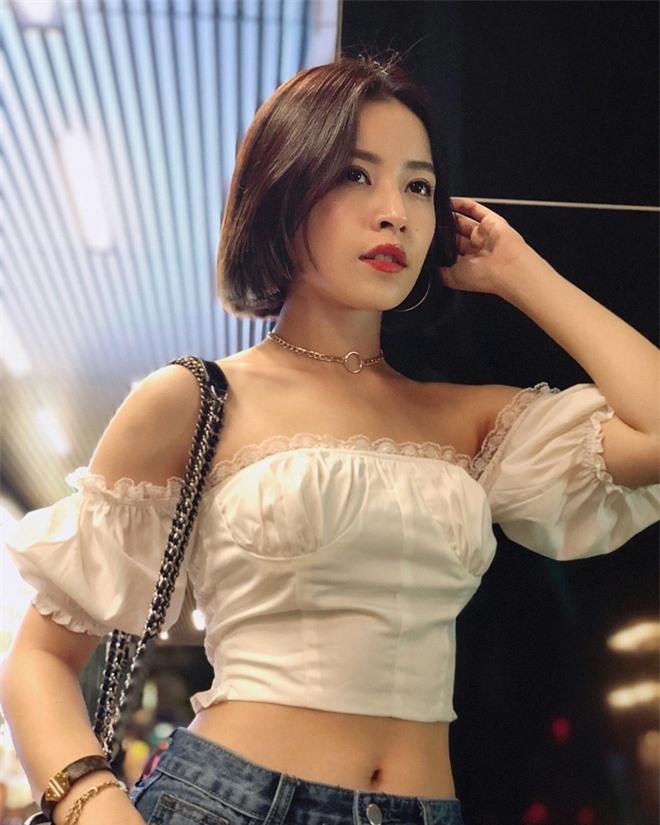 Eo bé kỷ lục 54-55cm, Chi Pu và Elly Trần tích cực mặc ngắn khoe thành tích