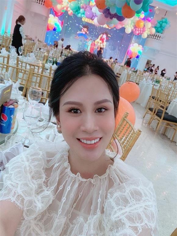 Bà xã Thành Trung xuất hiện xinh đẹp trong tiệc đầy tháng hai con.