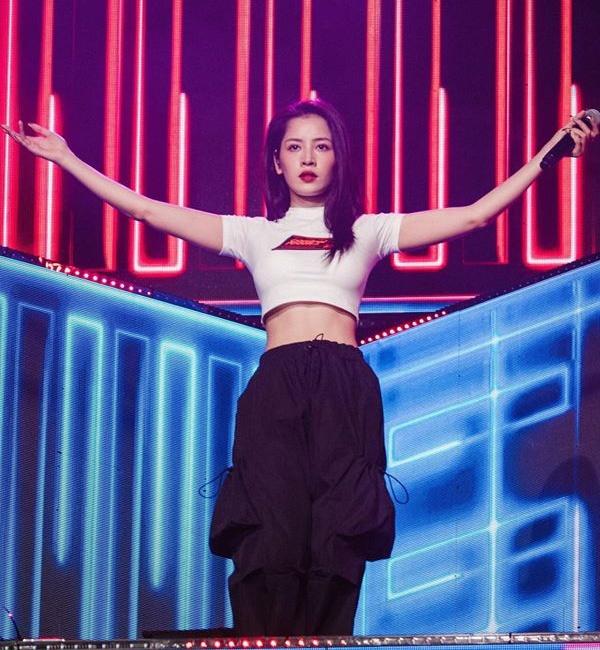 Mới đây nhất, Chi Pu xuất hiện trên sân khấu với chiếc áo phông đơn giản nhưng hở eo gợi cảm. Cô mặc cùng quần hộp mang lại vẻ ngoài khỏe khoắn, cá tính.