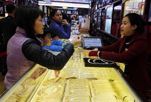Khách hàng giao dịch tại Công ty vàng Bảo Tín Minh Châu, phố Trần Nhân Tông (Hà Nội). Ảnh: TTXVN.