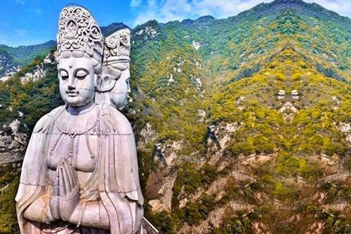 Bức tượng Quan Âm ba mặt hay còn gọi Tam Diện Quan Âm là một trong những pho tượng được các Phật tử biết đến. Thế nhưng, không phải ai cũng rõ nguồn gốc của bức tượng này. Nguồn gốc của bức tượng Tam Diện Quan Âm có liên quan đến một truyền thuyết.