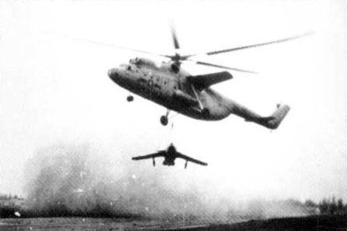 Chính thức phục vụ trong biên chế Quân đội Liên Xô từ năm 1959, Mi-6 cũng xuất hiện trong biên chế quân đội của nhiều nước trong đó có cả Việt Nam từ năm 1965. Tới nay, hầu hết những chiếc trực thăng Mi-6 trên thế giới đều đã ngưng hoạt động. Nguồn ảnh: Pinterest.
