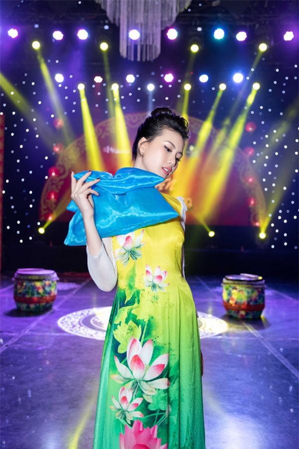 Có 5-6 đại gia muốn quan hệ tình cảm nhưng giải vàng Siêu mẫu Việt Nam 2018 từ chối vì lý do này - Ảnh 3.