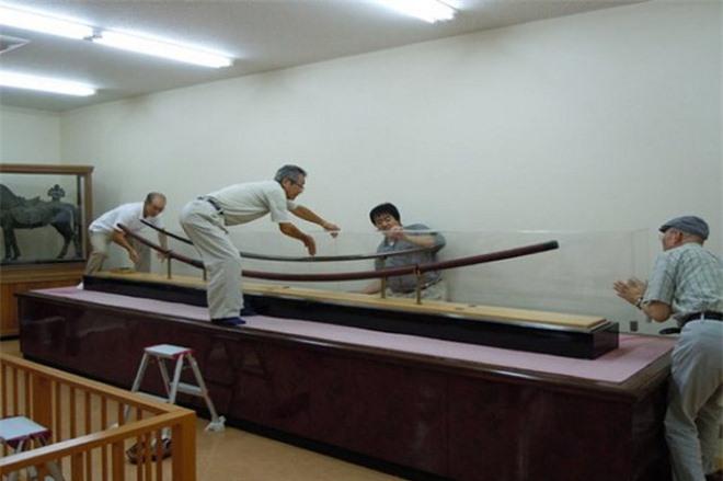 Giải mã bí ẩn thanh kiếm Nhật dài 3,7m, nặng gần 15kg, từng bị nghi chính là vũ khí của người khổng lồ - Ảnh 2.
