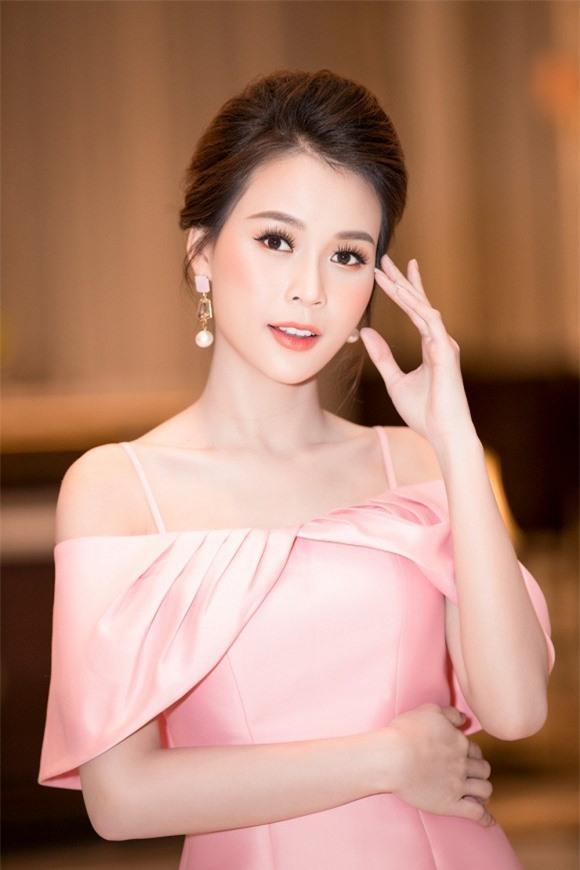 Dù không sở hữu chiều cao lý tưởng song gương mặt ngày càng xinh đẹp với vóc dáng nóng bỏng là lợi thế giúp cô chiếm trọn trái tim của khán giả.