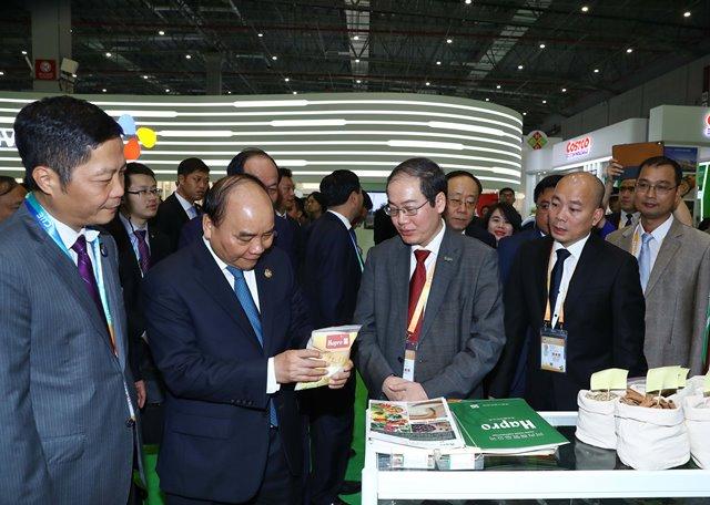 Tổng Giám đốc Hapro - Ông Vũ Thanh Sơn báo cáo với Thủ tướng chính phủ về sản phẩm Gạo Hapro Đồng Tháp tại Hội chợ nhập khẩu Quốc tế Trung Quốc 2018 (11/2018).